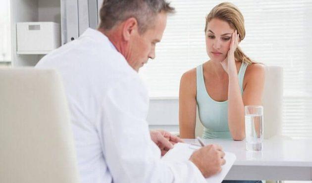 Женщина в кабинете у врача