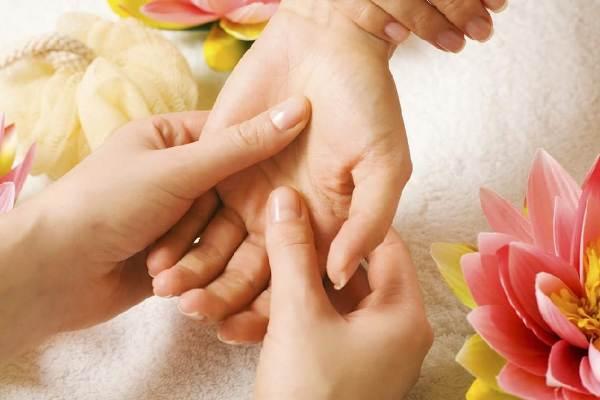 если немеют пальцы ног или рук - необходимо сделать массаж конечности