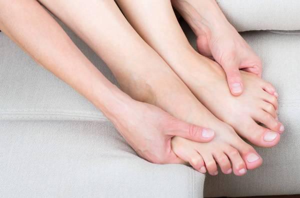 немеют пальцы ног и рук